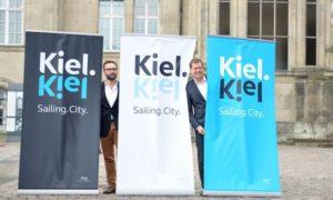 Oberbürgermeister Kämpfer und Herr Boy vor Rollups mit dem neuen Kiel-Logo