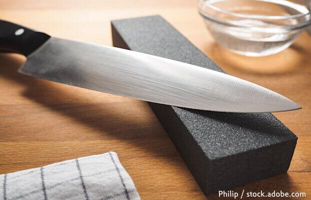 """Messer auf Schleifstein symbolisiert das Thema """"Markenprofil schärfen"""""""
